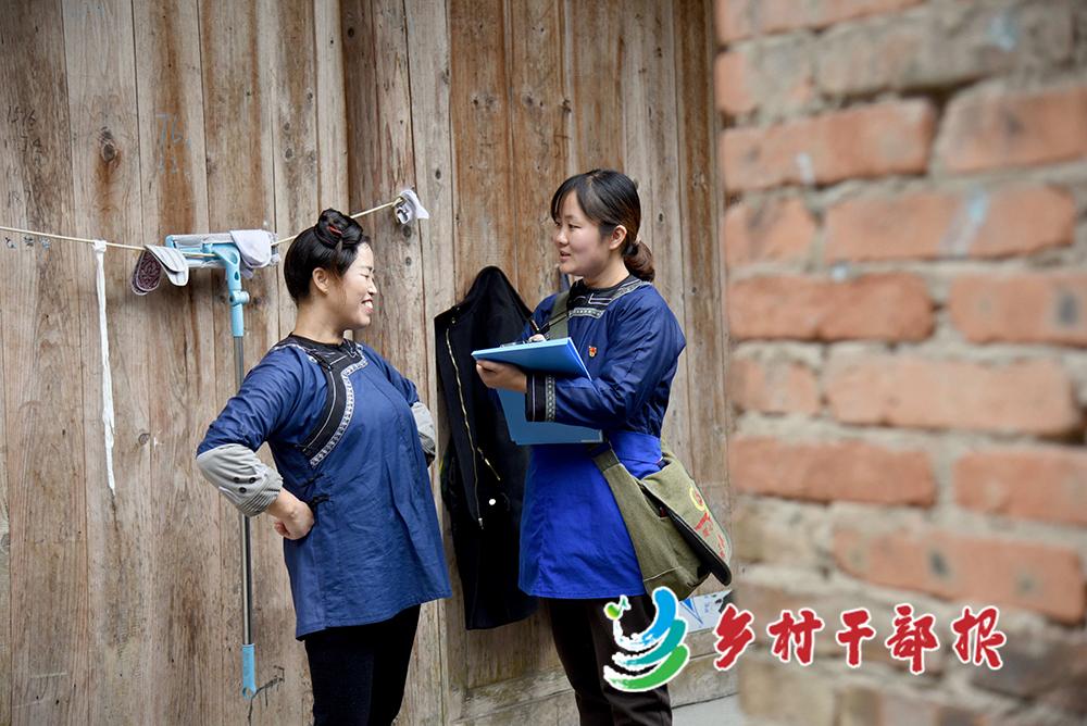 图4自身狼:中午12点领域融,刘园(右)在村民韦福琴家了解生产生活情况很多可。2.jpg
