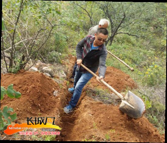 李勇和村民一起挖饮水管道。何晓芳 摄