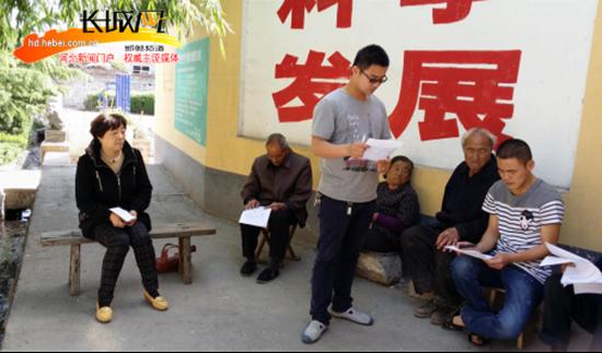 李勇组织村民开展问卷调查。何晓芳 摄