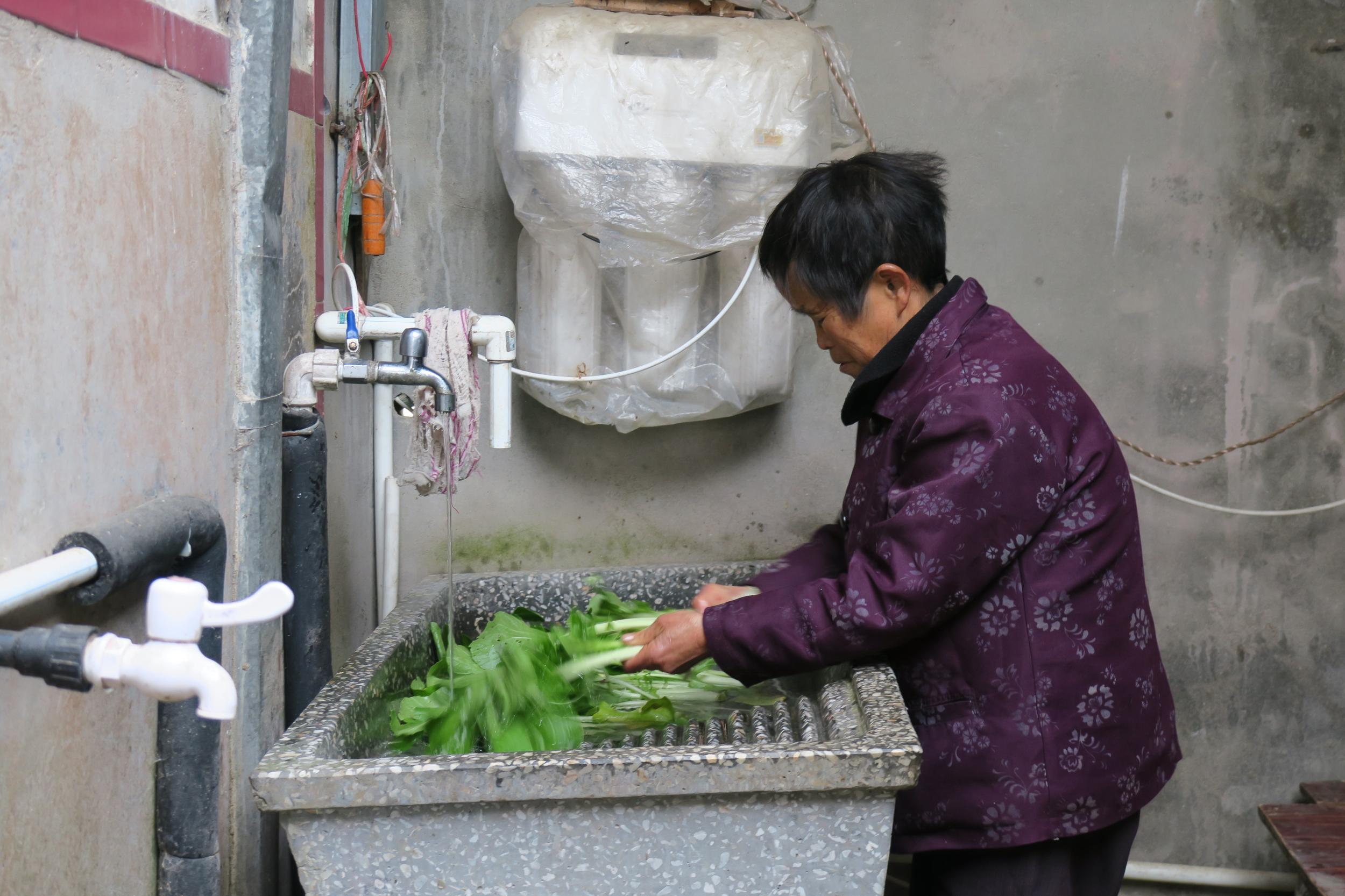 孩子眼中的榜样 安徽桐城一女村官用爱开展扶贫工作